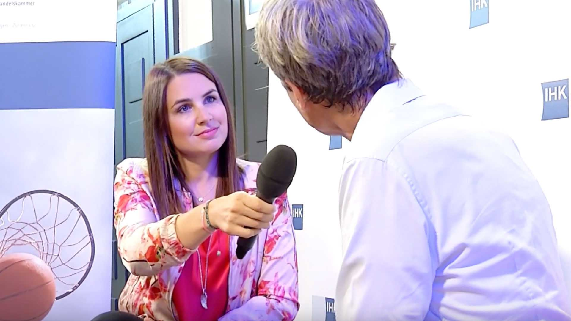 Moderatorin Julia Bauer im Interview